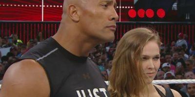 2. Dwayne Johnson invitó al ring a la campeona de la UFC, Ronda Rousey Foto:Twitter: @WWE