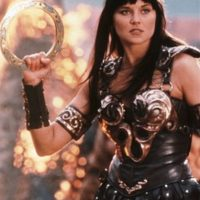 """En la serie, Xena es el nombre de una princesa guerrera de la antigua Grecia, sin embargo el sitio Complex explica que este personaje fue bautizada así porque la palabra """"Xena"""" deriva de """"extraño"""" Foto:IMDB"""