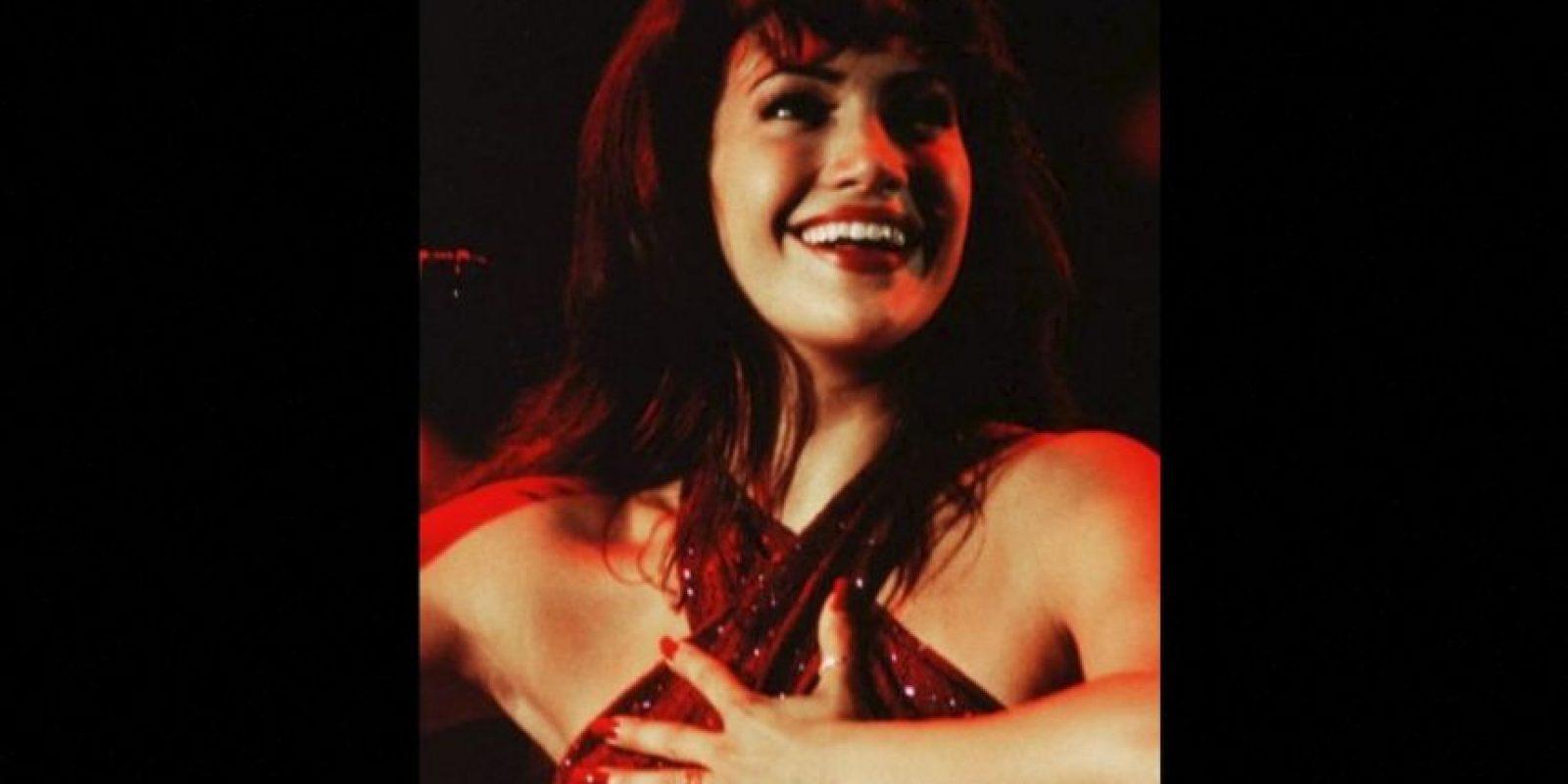 16.- Durante su audición, JLo cantó y bailó como Selena, sin embargo en todas las canciones de la película escuchamos la voz de Quintanilla. Foto:Warner Bros