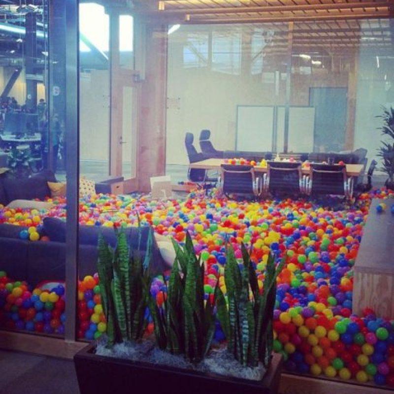 La sala de juntas con pelotas de plástico. Foto:instagram.com/sarastalla