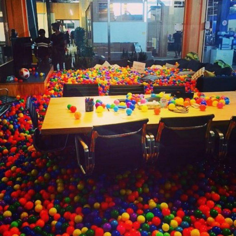 Hasta en las mesas hay pelotas. Foto:instagram.com/anthonybayreddy