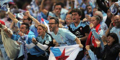 Con sus camisetas llamaron la atención en las gradas del Estadio de Balaídos. Foto:Getty Images