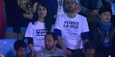 """Este matrimonio se """"puso en venta"""" en el Barcelona vs Celta de Vigo. Foto:Vía Twitter.com/casadelfutbol"""
