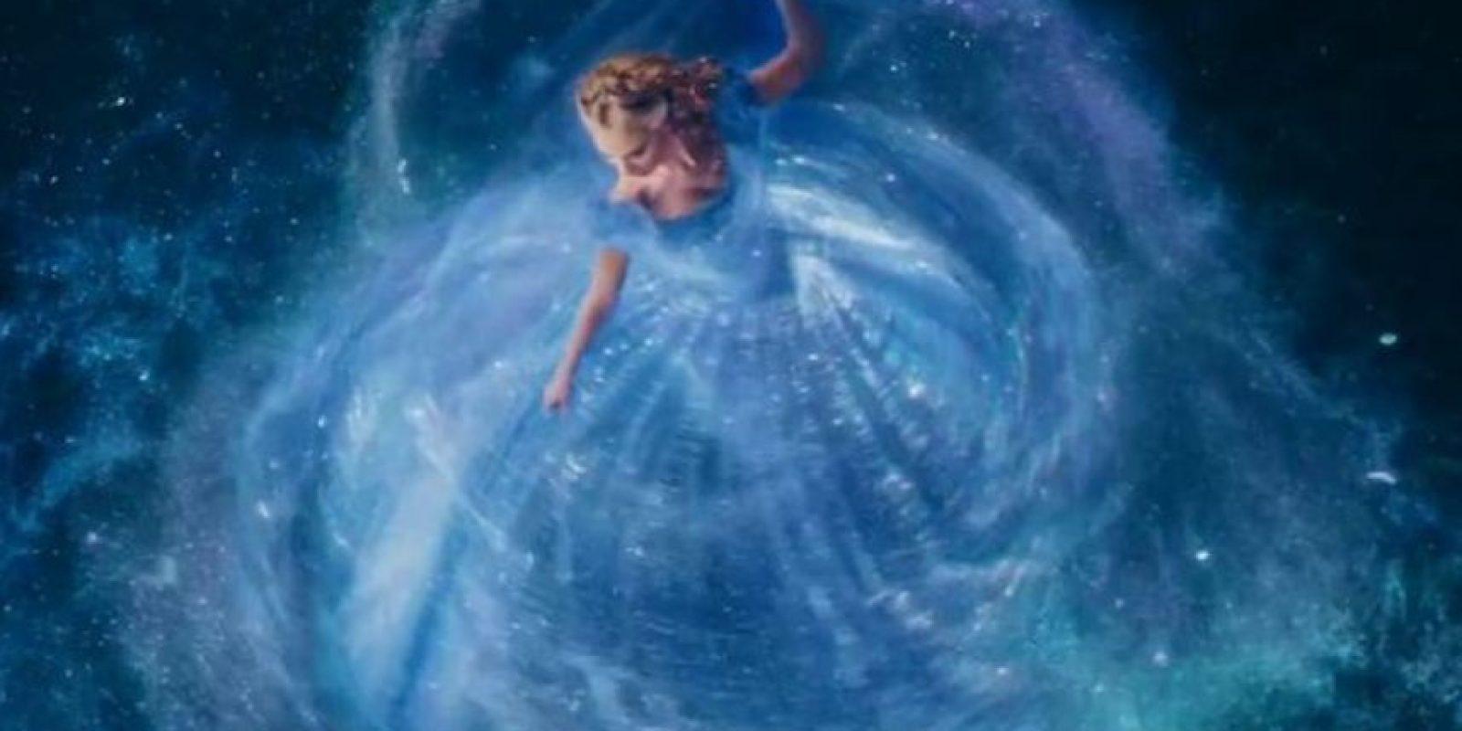 La parte inferior del vestido está hecha de Yumisima, un material muy caro y fino que flota cuando se tira al aire. Foto:Disney