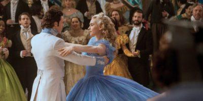8. A Lily James le costó mucho bailar con el Príncipe enfundada en el vestido. Seguía tropezando con él. Foto:Disney