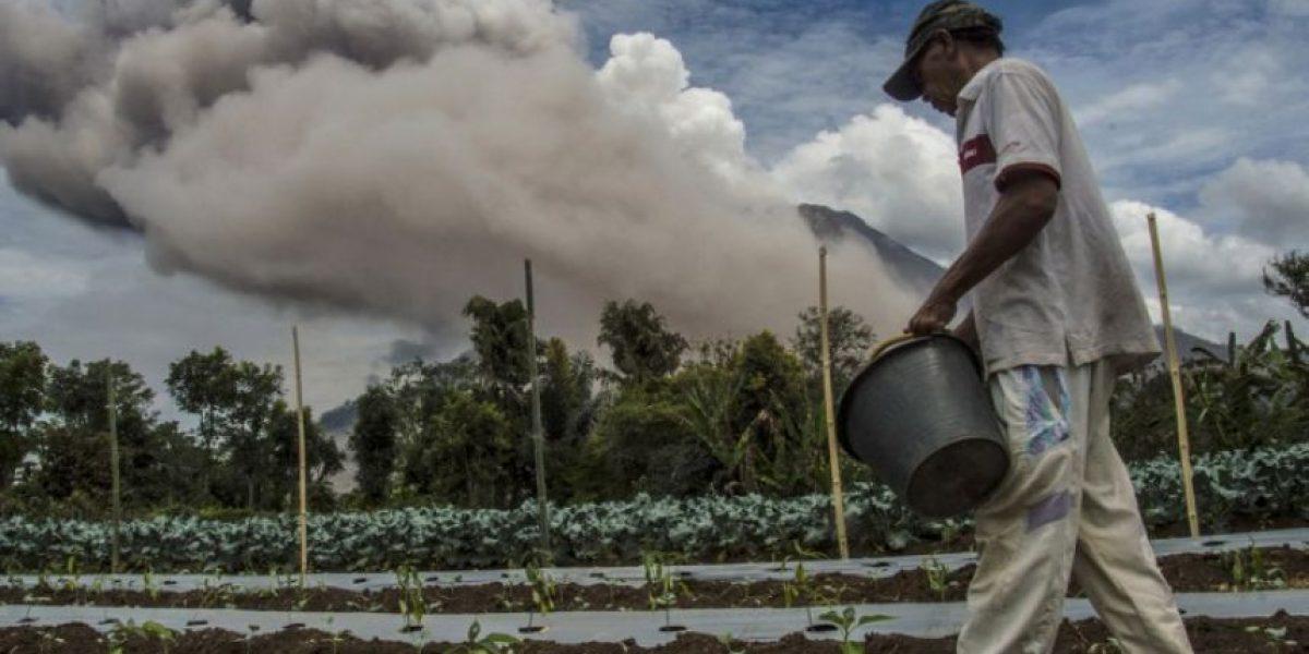 Trabajadores continúan sus actividades en plena actividad volcánica