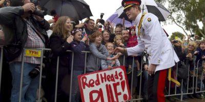Príncipe Harry desafía la lluvia para dar la mano a los espectadores y tomarse fotografías normales. Foto:Getty Images