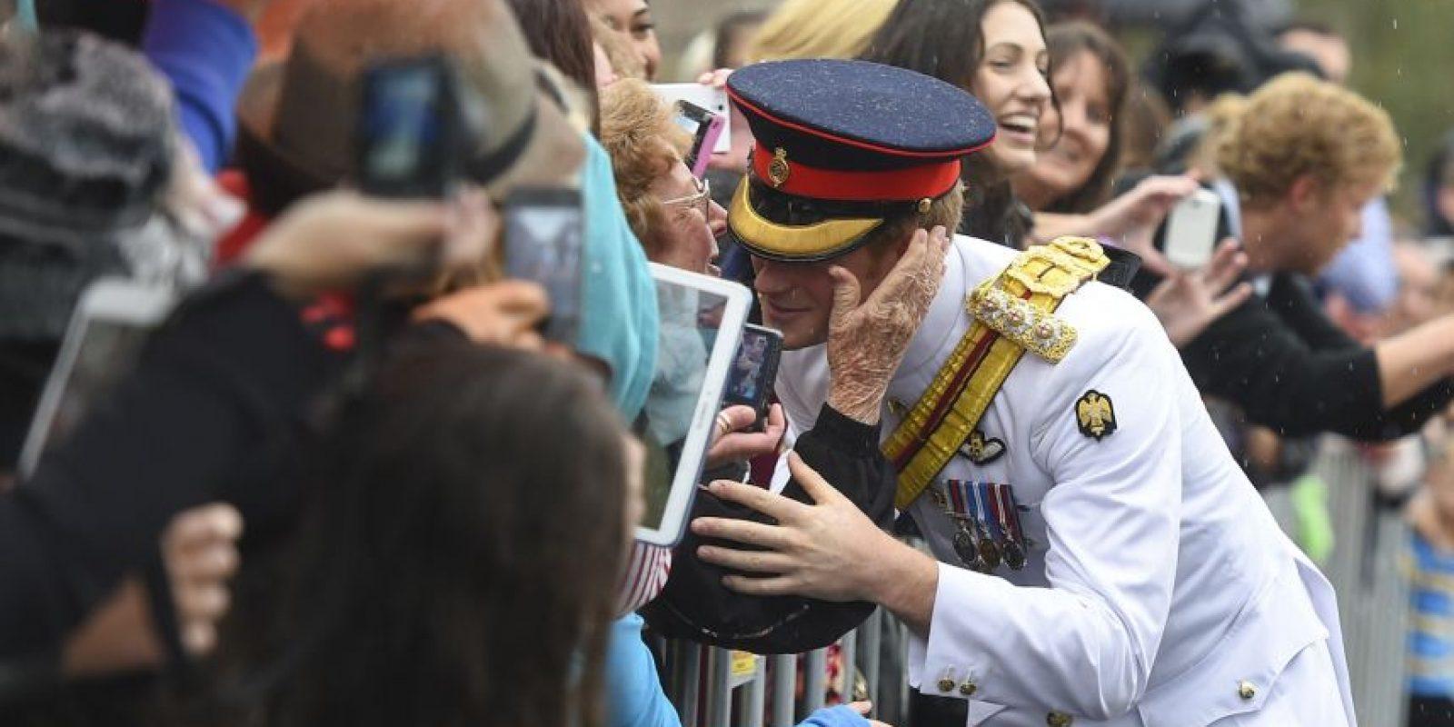 El principe Harry besa a una mujer adulta Foto:Getty Images