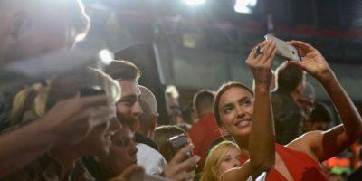Irina Shayk, una selfie con sus fans. Foto:Getty Images