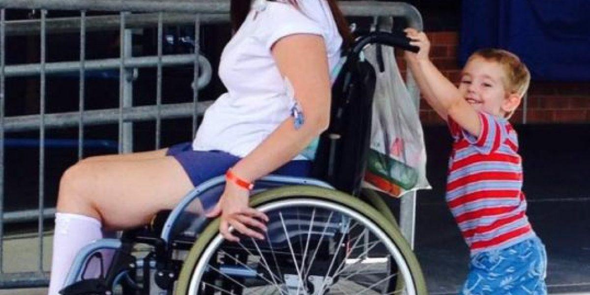 Brocha de maquillaje prestada la dejó en silla de ruedas