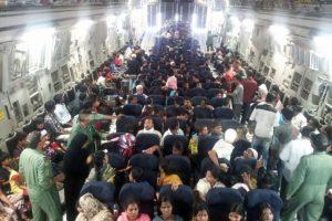 Este miércoles 8 de abril, India llevó a cabo la Operación Raahat, un ejercicio de evacuación masiva en el que se rescatan a más de cuatro mil personas del país Foto:AFP