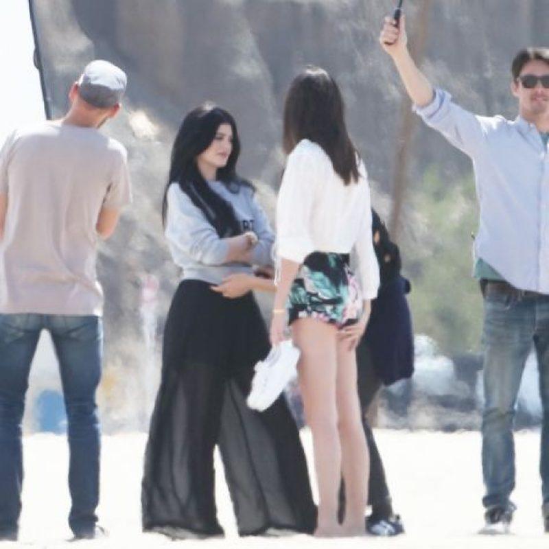 En su cuenta de Instagram, Kylie Jenner agradeció la atención de sus guardias, quienes la ayudaron después de caer en la arena. Foto:Grosby Group
