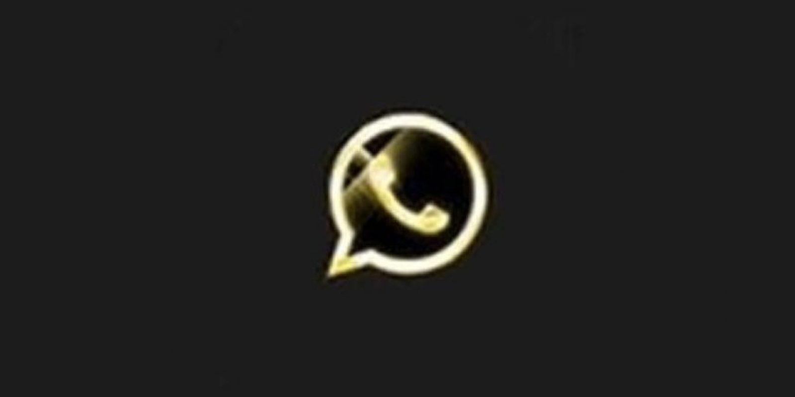 Ofrece una versión exclusiva de la app con supuestas mejoras, pero al activar su número telefónico, reciben mensajes que les cuestan hasta 30 dólares mensuales. Foto:Twitter