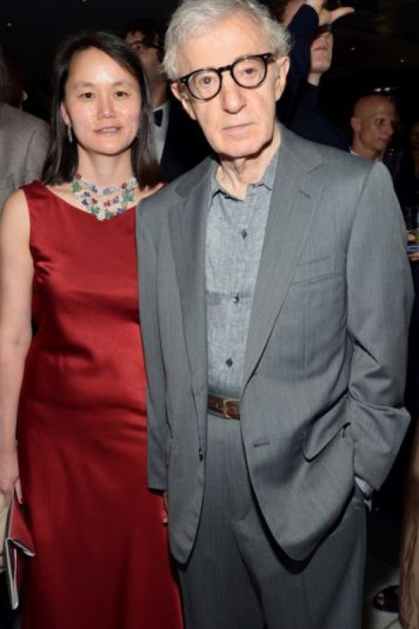 Woody Allen y Soon-Yi Previn: Su relación comenzó en 1992. Ella era hija adoptada por Mia Farrow y su esposo André Previn. En ese momento Farrow estaba casada con Allen. Todo se descubrió cuando ella encontró fotos de Soon Yi desnuda en el apartamento del director. Foto:Getty Images