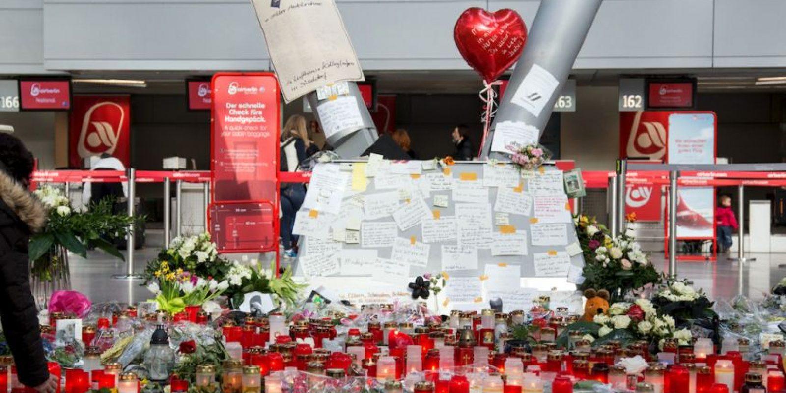 El 31 de marzo se colocó una placa conmemorativa para las víctimas del accidente aéreo cerca de la zona montañosa donde cayó el Airbus 320. Foto:AP
