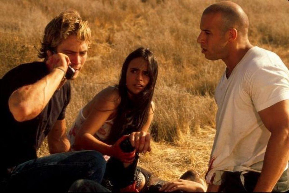 """Aquel día grabaron la escena en la que """"Brian O'Conner"""" (Walker) intenta resucitar a """"Toretto"""", quien cae en el asfalto después de saltar con su auto. Foto:IMDB"""