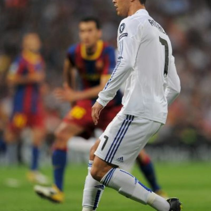 """Primero fue José Mourinho, entonces DT de los """"merengues"""" el que comenzó con la idea del """"robo"""". Cristiano emuló a su compatriota haciendo el gesto de robo ante aficionados del equipo que cantaban: """"Manos arriba, esto es un atraco"""". Foto:Getty Images"""