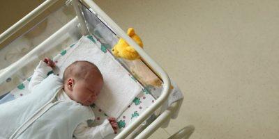 7. Quitar juguetes, cobijas y cojines de la cuna para darle más espacio y seguridad al bebé. Foto:Getty Images