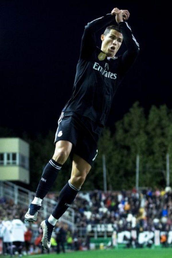 El festejo vino a empañar una de las marcas del delantero. Cristiano Ronaldo llegó a 300 goles en 288 partidos con el Real Madrid, pero se habla más de su gesto al juez de línea, que de su récord. Foto:Getty Images