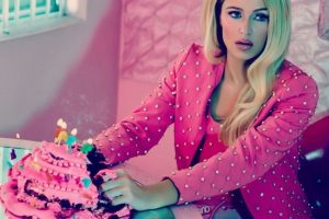La actriz destroza un pastel rosa Foto:Instagram/parishilton