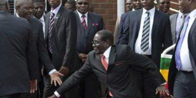 En febrero pasado, Mugabe tuvo una ligera caída, lo cual inició el hashtag #MugabeFalls con el que se compartieron memes del momento Foto:AP