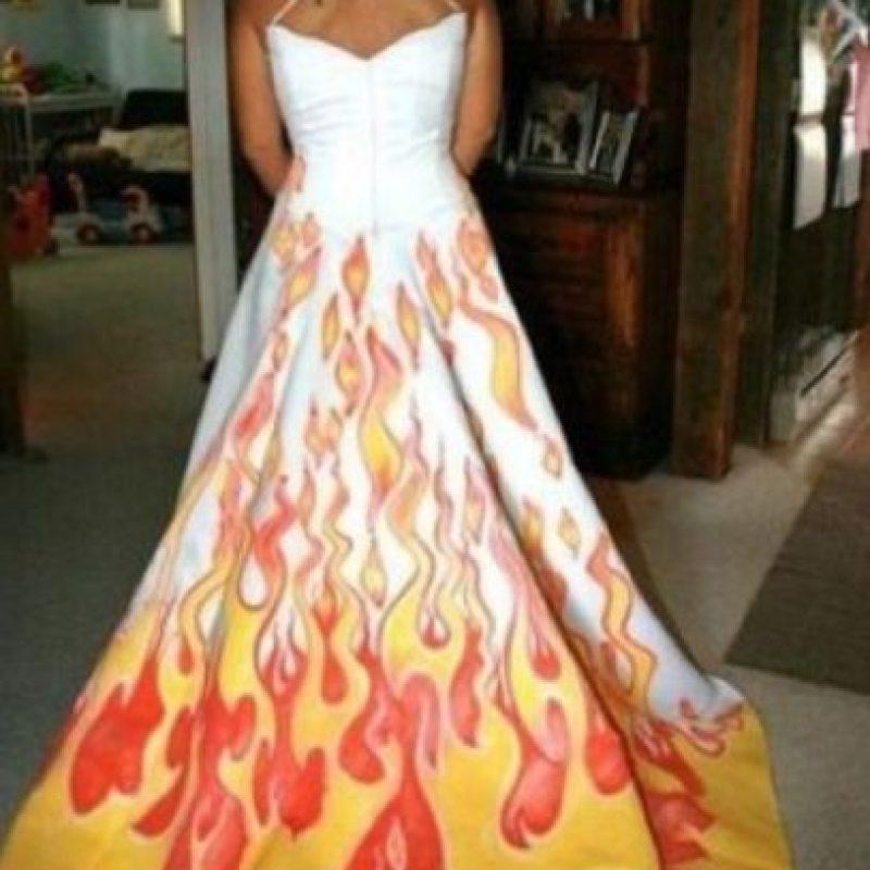 La rudeza de las llamas en la cola del vestido de novia Foto:Imgur