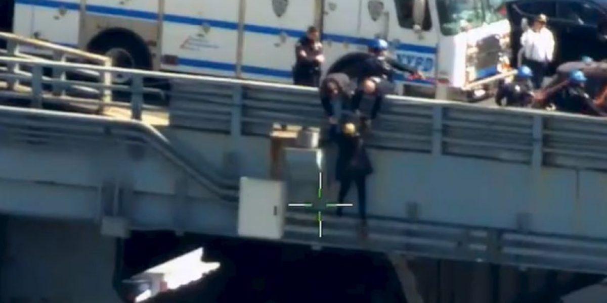 VIDEO: Policías salvan la vida de mujer que se quería lanzar de un puente