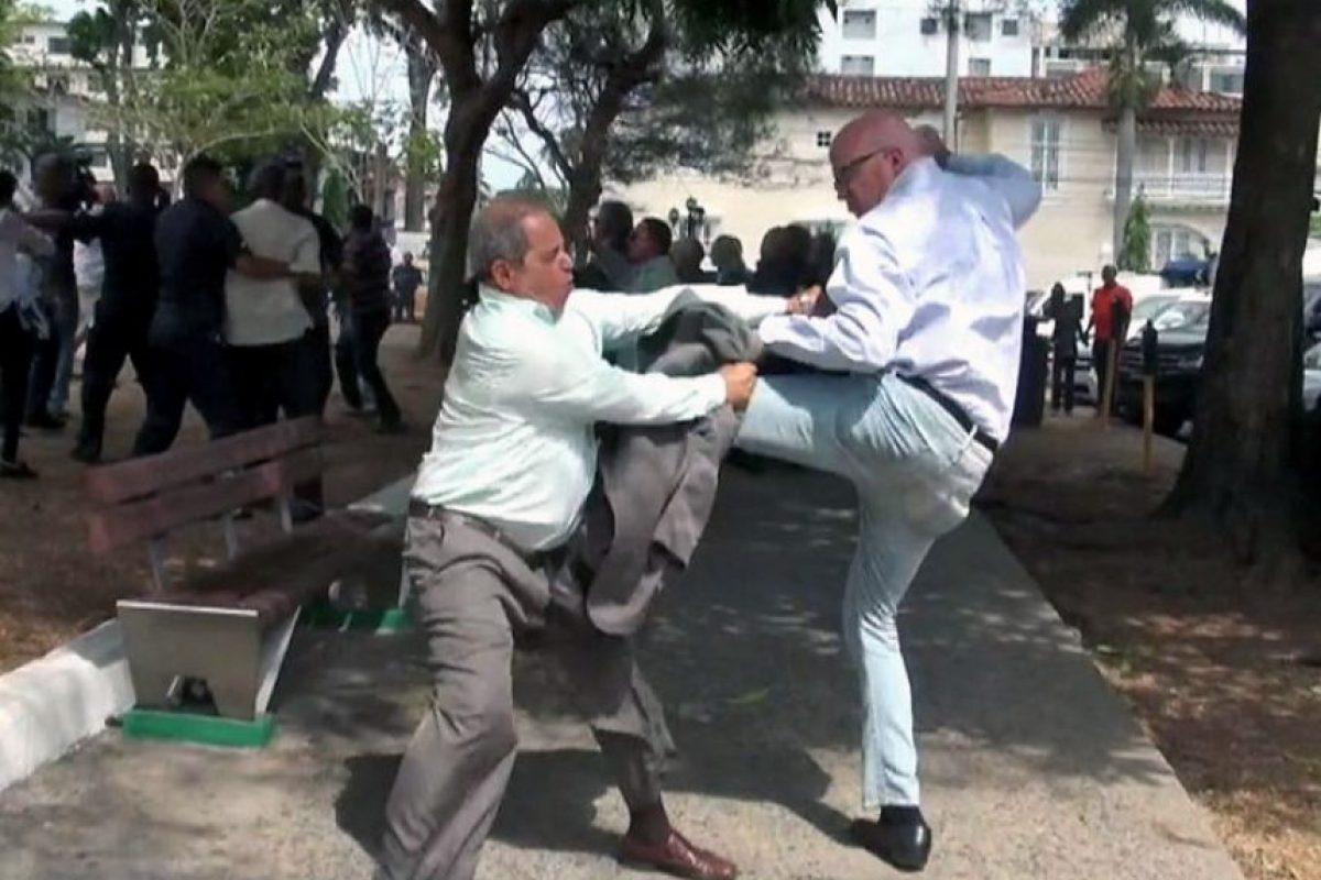 Manifestantes pro y contra Cuba se golpean afuera de la embajada cubana en Panamá Foto:AFP