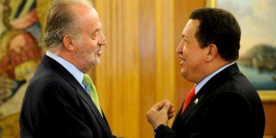 """Al ver que Chávez continuaba su alocución, el Rey Juan Carlos, visiblemente enojado, le gritó al mandatario sudamericano: """"¿Por qué no te callas?"""". Foto:Getty Images"""