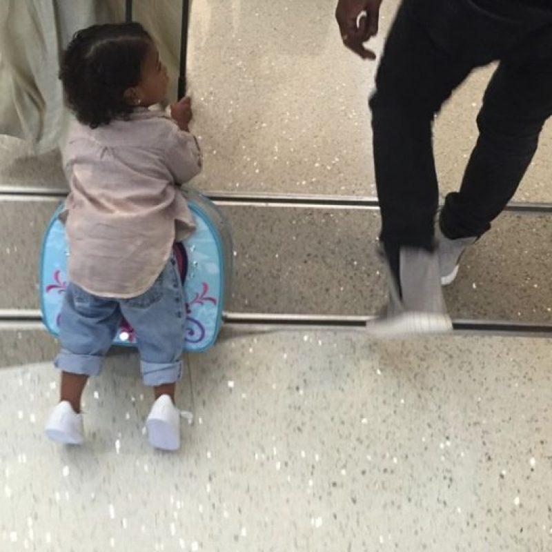 Khloe Kardashian compartió una fotografía de la pequeña North West de camino al aeropuerto. Foto:Vía Instagram.com/khloekardashian