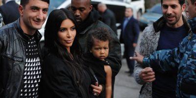 Kim, su hija y un fan Foto:AFP