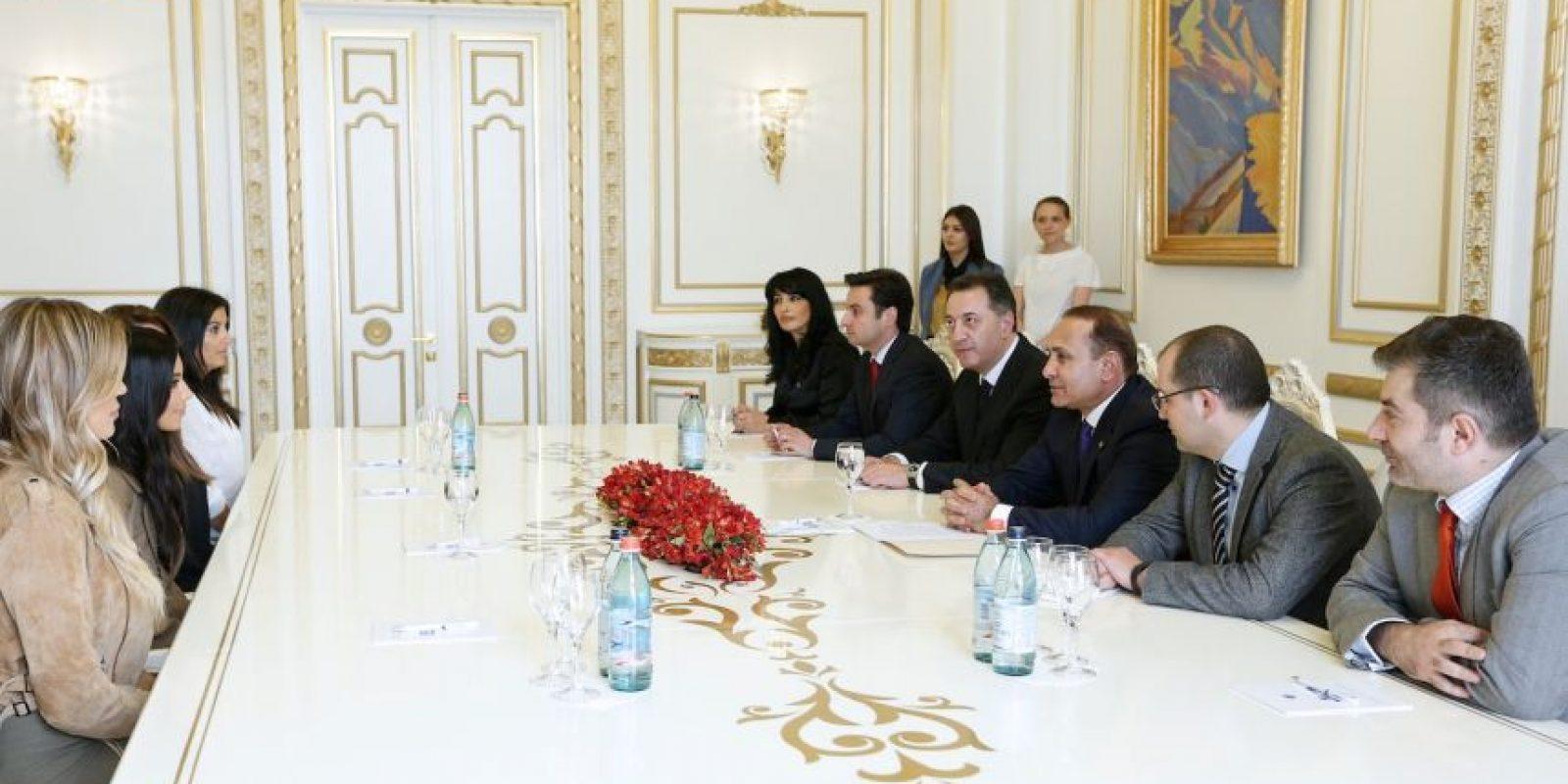 Kim y Khloé le prometieron al Primer Ministro difundir este aniversario. Foto:AFP