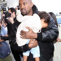 Kanye West y su hija North en el aeropuerto de Los Ángeles. Foto:Grosby Group