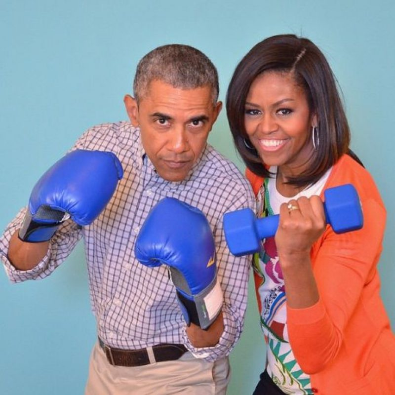 3. Haciendo ejercicio con el presidente Obama- El día de Pascua publicó una imagen en la que el presidente de Estados Unidos, Barack Obama aparece con guantes de boxeo mientras que ella sostiene unas pesas. Foto:Vía Instagram.com/michelleobama