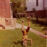"""5. ¡De cabeza!- La primera dama publicó una foto de """"Throw Back Thrusday"""" (jueves de antaño) en su cuenta de Instagram en la que aparece de cabeza muchos años atrás. La imagen fue utilizada para promover la iniciativa de salud del presidente, """"Get Covered"""". Foto:Vía Instagram.com/michelleobama"""