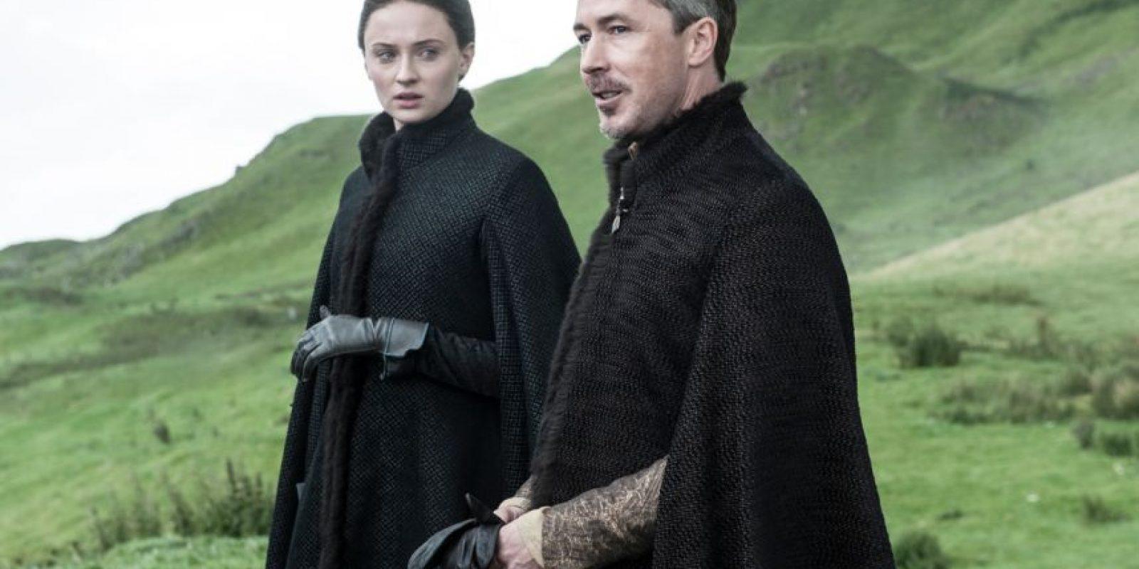 Quizás nadie termina de entender lo que quiere hacer con Sansa y lo que planea con ella. Y su obsesión nunca correspondida por Catelyn Tully. Además, él traicionó a Ned. Foto:HBO