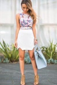 Eso, sin olvidar el típico outfit de crop top y faldita. Muy girly y todo eso. Foto:vía Pinterest