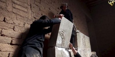 Tiraban los bloques para romperlos y desaparecerlos. Foto:AFP