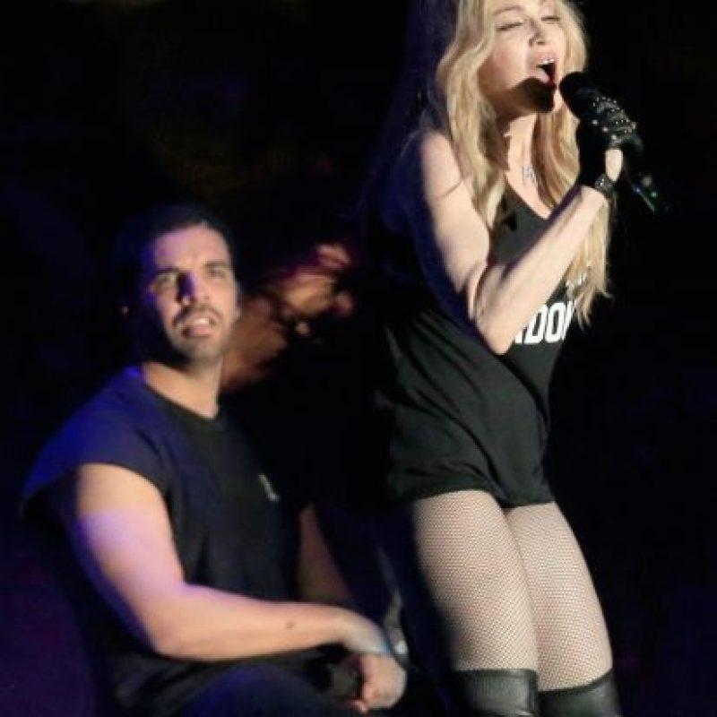 """Tras interpretar un medley de los temas """"Hagn Up"""" y """"Human Nature"""", la estadounidense se acercó al artista Foto:Getty Images"""