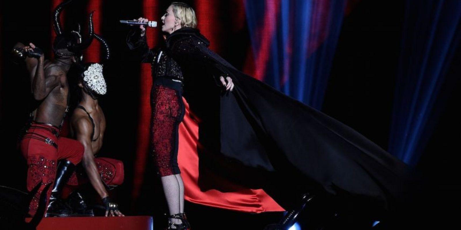 2.- El pasado 25 de febrero, durante su presentación en los premios Brit Awards, la cantante tropezó con su capa y cayó tres escalones abajo. Foto:Getty Images