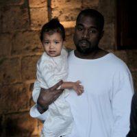 El rapero Kanye West se vistió de blanco igual que su hija, North West. Foto:AFP