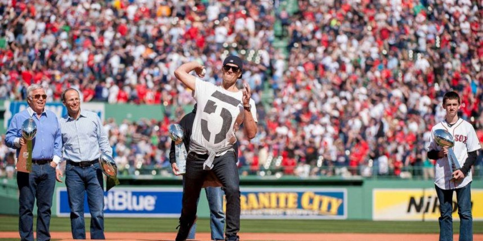 """Tom Brady, mariscal de campo de los Patriotas de Nueva Inglaterra fue el """"invitado de honor"""" en Fenway Park, casa de los Medias Rojas de Boston. Foto:Vía facebook.com/RedSox"""
