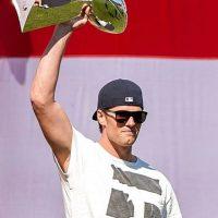 """Brady visitó la casa de los """"Patirrojos"""" y presumió el trofeo Vince Lombardi que ganaron en el pasado Super Bowl LXIX. Foto:Vía facebook.com/RedSox"""