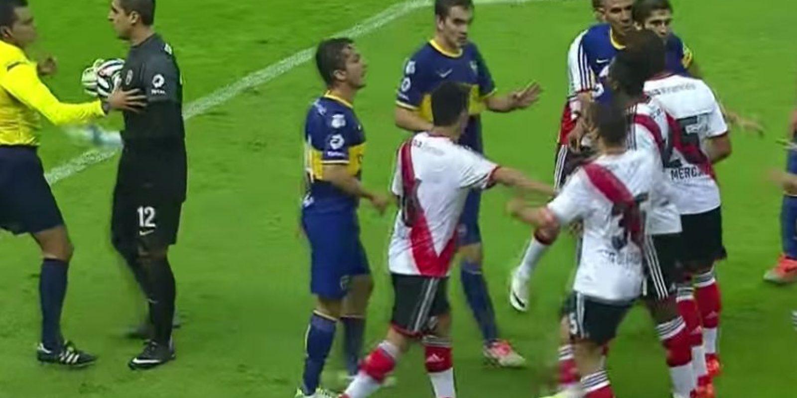 El mismo Pérez Durán cambió de decisión en un cotejo entre River Plate y Boca Juniors festejado el año pasado en el Estadio Azteca. Foto:Youtube: Fox Sports