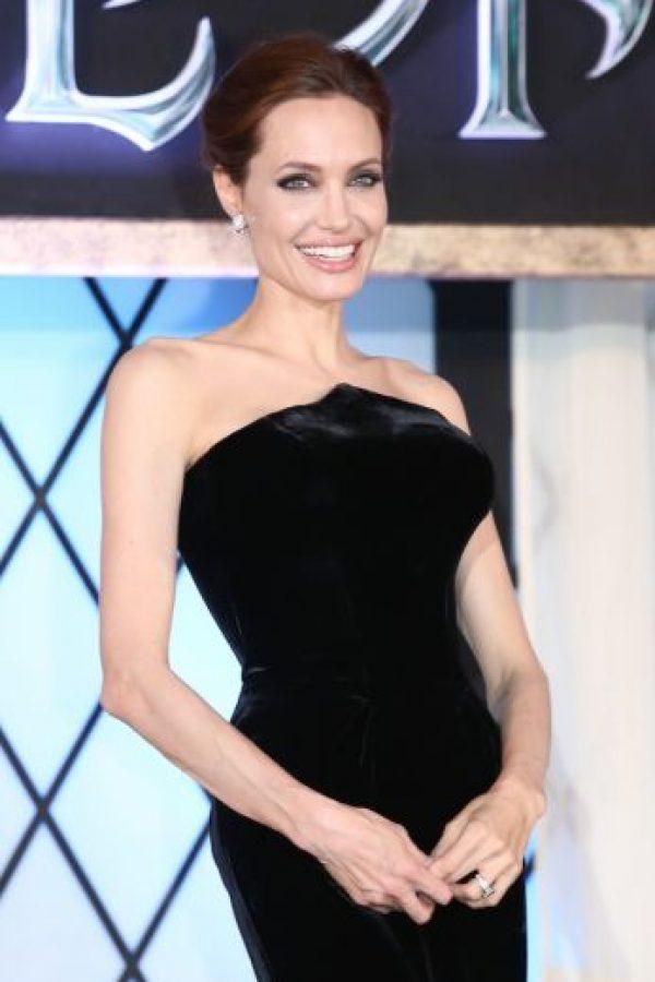 La madre, la abuela y la tía de Jolie perdieron la vida después de luchar contra los efectos del cáncer, esa es la razón que motivó a la esposa de Brad Pitt a tomar medidas preventivas contra el cáncer. Foto:Getty Images