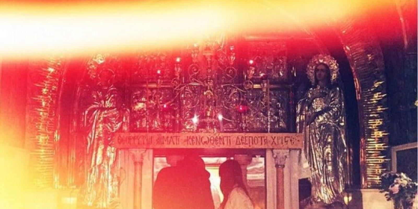 En esta imagen se puede apreciar a la pareja observar el interior del lugar. Foto:Instagram/kimkardashian