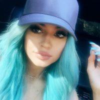 Cabello azul aqua deslavado y las uñas del mismo tono fue como lució Jenner en los últimos días Foto:Instagram/kyliejenner