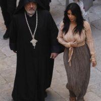 Kim Kardashian el día de la cena lucía blusa de manga larga y falda hasta los tobillos Foto:Grosby Group