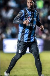 El astro brasileño piensa en rescindir su contrato con Gallos Blancos Foto:Vía facebook.com/RonaldinhoOficial