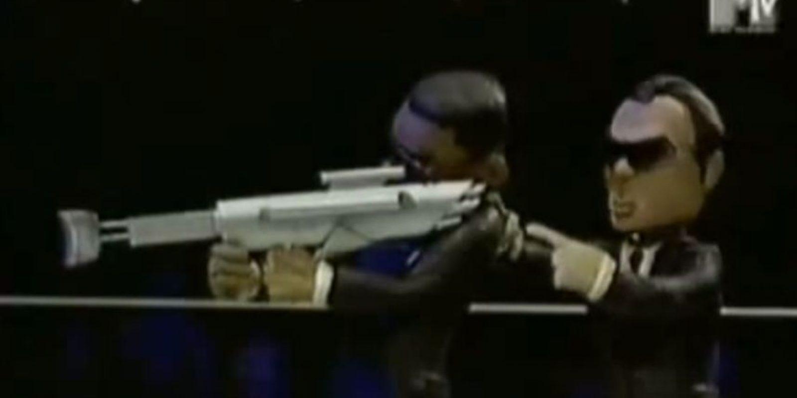 Los dos usan un arma contra extraterrestres. Foto:vía MTV